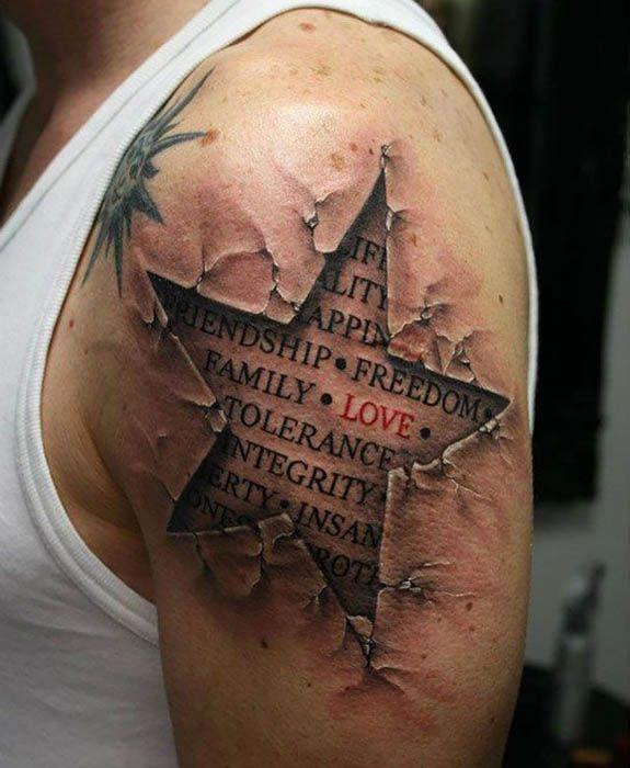 Реалистичная татуировка на плече.