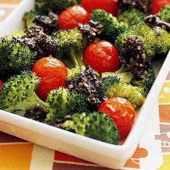 アンチョビー、オリーブ、にんにくのペーストで「ブロッコリーのオーブン焼き」のレシピです。プロの料理家・坂田阿希子さんによる、ブロッコリー、ミニトマト、アンチョビー、オリーブ、にんにくなどを使った、237Kcalの料理レシピです。