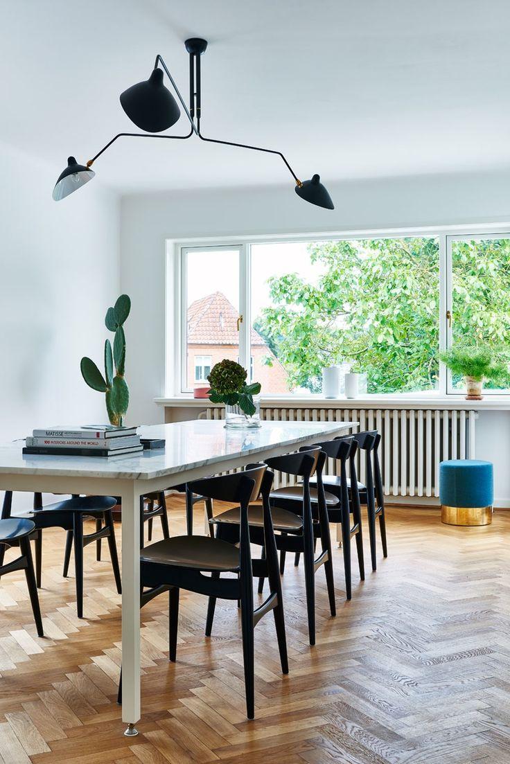 Spisestue med marmorbord og Wegner-stoler