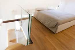 particolare soppalco - camera matrimoniale: Camera da letto in stile in stile Moderno di Andrea Stortoni Architetto
