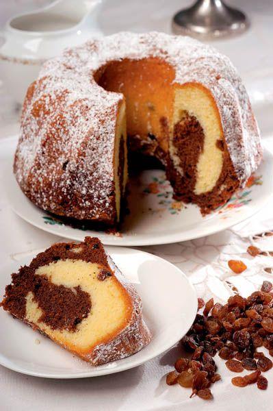 1. Se freacă untul cu mierea de albine, iar ouăle se bat cu zahărul până se topeşte tot zahărul şi se obţine o cremă groasă de consistenţa smântânii. 2. Se amestecă uşor cele două compoziţii şi se adaugă treptat făina cernută cu praful de copt. Se toarnă în forma unsă cu unt şi tapetată cu …