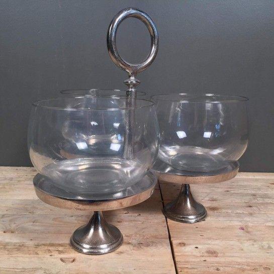 Δίσκος με τρία επίπεδα από αλπακά και μία γυάλα για το κάθε επίπεδο.Μπορεί να χρησιμοποιηθεί είτε με τις γυάλες για γλυκά ή ξυρούς καρπούς στη τραπεζαρία ή στο τραπεζάκι σαλονιού είτε χωρίς τις γυάλες για κεριά. http://nedashop.gr/Spiti-Diakosmhsh/diskoi/diskos-tria-epipeda-alpakas-gyala