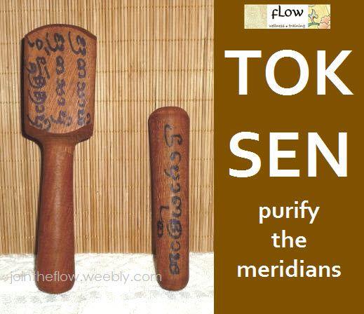 Το Tok Sen είναι μια ενεργειακή τεχνική του Thai Massage, η οποία εκτελείται με δυο ξύλινα εργαλεία. Με αυτά τα εργαλεία, τα οποία φέρουν mantra, γίνονται κρούσεις στους μεσημβρινούς Sen. Πιστεύεται ότι αυτές οι κρούσεις εξαγνίζουν τους μεσημβρινούς του Ταϊλανδέζικου Μασάζ. Τη διδάσκουμε!