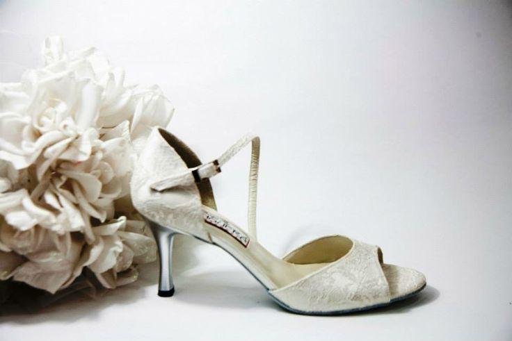 Felicite Ivory Lace  Ιβουάρ δαντέλα εμπρός,πίσω & πάτημα. Πλαϊνή μπαρέτα & πλαϊνό από λευκό σατέν. Ασημί τακούνι σε 7.5, 9 & 10cm  (Επιλογή:Ντυμένο τακούνι με σατέν) (Χρώμα:Ντύσιμο τακουνιού,πλαϊνά,πάτημα & μπαρέτα σε χρωματιστό σατέν της αρεσκείας σας)   White Nights...Χειροποίητη Νυφική Συλλογή!!!www.facebook.com/todosbailar
