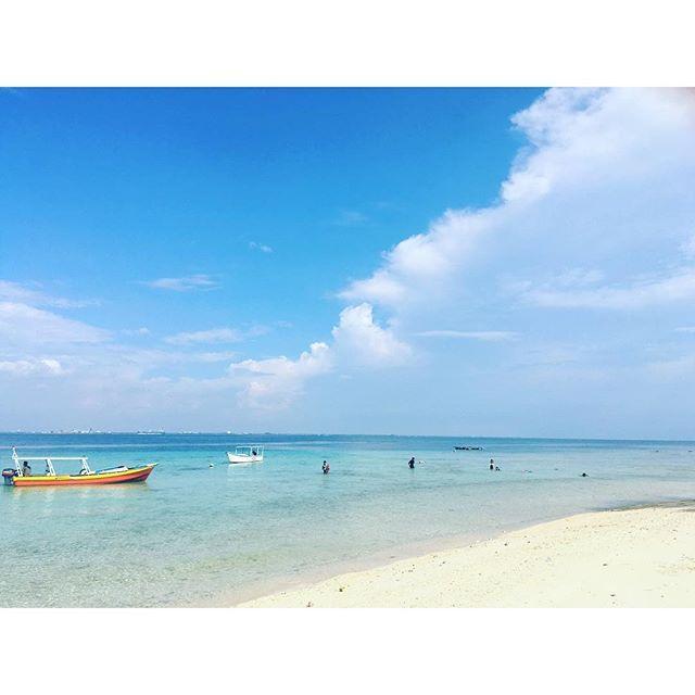 Pulau Samalona Pulau Samalona adalah pulau cantik berpasir putih yang dekat dengan Makassar. Hanya  dengan berperahu selama kurang lebih 25 menit kita sudah sampai di Pulau Samalona