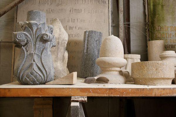 Steen, beitels en kennis, dat is alles wat je als ambachtelijk steenkapper nodig hebt. Weer moois uit weer andere materialen!