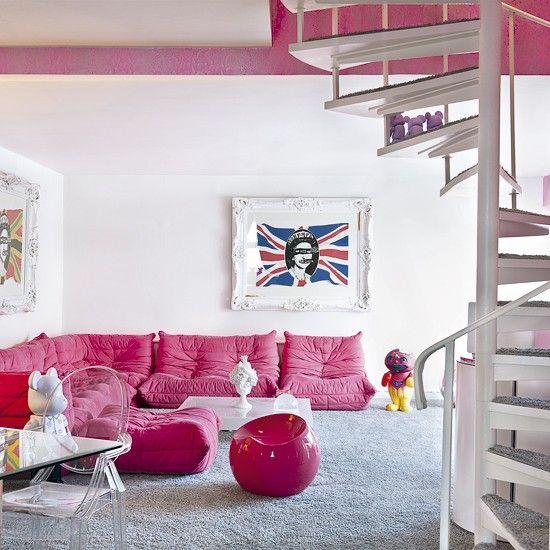 インパクトのあるピンク色のソファも、部屋がこれだけ広々していてシンプルなら、すっきりとした印象に。