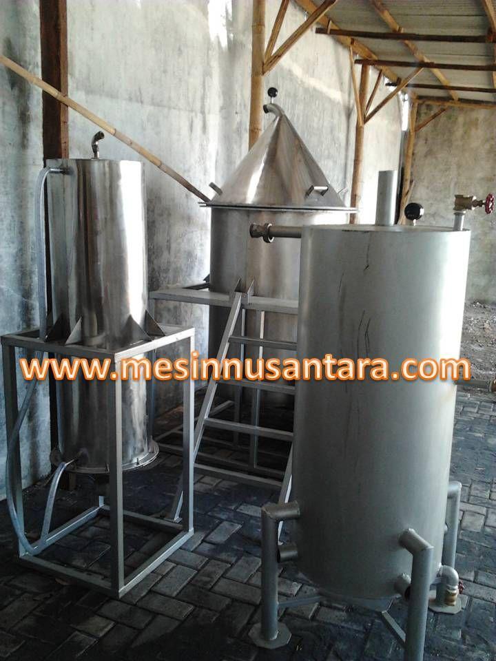 Mesin Destilasi Penyuling Minyak adalah alat untuk pengolahan minyak dari tumbuhan dengan cara penyulingan. Tumbuhan yang dapat digunakan pada mesin ini antara lain nilam, astiri, daun, dan akar. . Spesifikasi:  Kapasitas                       : 100kg Bahan                            : Stainless steel Pembakaran                  : Minyak tanah Instalasi                        : Stainless steel Dimensi Boiler               : 55 x 120 cm Dimensi Bejana Bahan  : 50 x 100 cm Dimensi kondensor