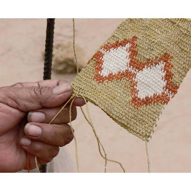 Tejiendo con fibra de chaguar en el monte chaqueño. . . . #handmade  #hechoamano #artesanal #craftmanship #fibrasnatural…   Hecho a mano,  Artesanal, Disenos de unas