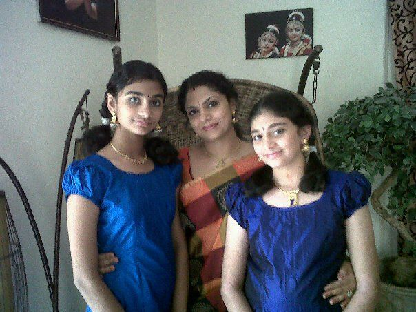 Asha Sarath With her daughters