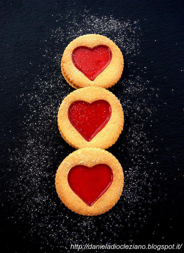 Daniela&Diocleziano: Biscotti con cuore di composta biologica di goji e cioccolato bianco