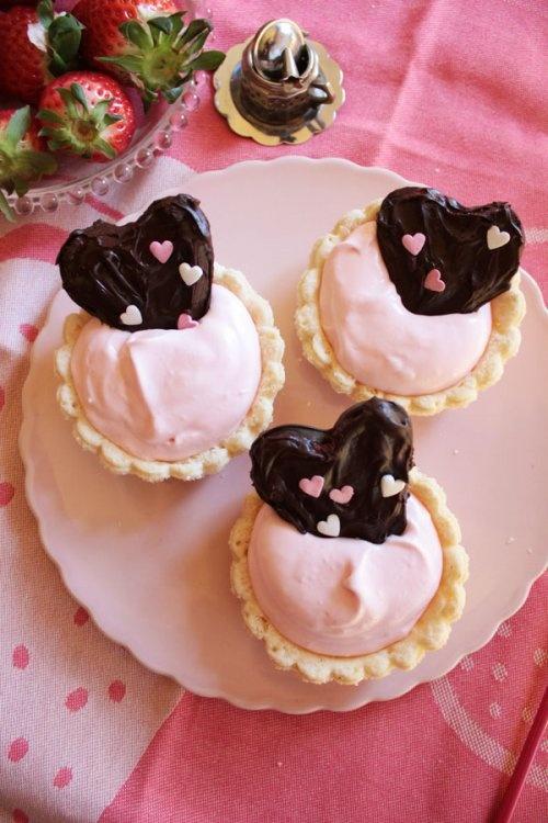 Tartaletas con corazones de fresas  http://artschocolates.wordpress.com/2012/03/28/tartaletas-con-corazones-de-fresas/