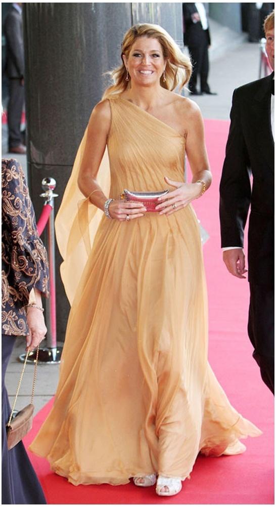 Máxima vierde in 2011 haar 40ste verjaardag in een zwierige off-shoulder jurk van chiffon.