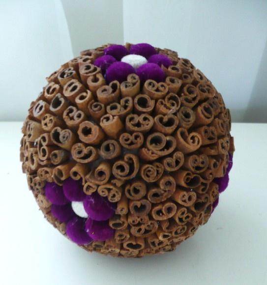 Esfera de canela decorada com flores desidratadas,linda opção para decoração R$10,00
