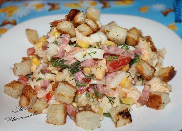 """Салат """"Цезарь"""" с пекинской капустой  Ингредиенты:   - куриная грудка (филе)  - салат «Пекинский»  - сыр твердого сорта на ваш вкус  - сухарики  - помидоры (1-2 шт).   Для соуса:  - майонез  - чеснок  - зелень  - лимон   Приготовление:  Готовим курицу. Тут на Ваш вкус – можно просто сварить, можно, уже вареную, слегка обжарить до золотистого цвета… Кто как любит.   Пока курица варится, режем капусту тонкими полосками.  Режем помидоры дольками.  Сыр натереть на мелкой терке.  К этому времени…"""