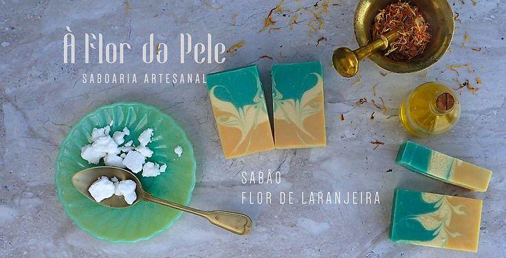 SABÃO FLOR DE LARANJEIRA - À Flor da Pele - Saboaria Artesanal Água, azeite, óleo de palma, óleo de coco, hidróxido de sódio, manteiga de cacau, óleo de rícino, manteiga de karité, corante cosmético verde e amarelo e óleo essencial de Neroli light (flor de laranjeira).