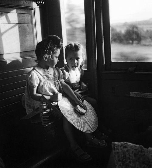 petites filles dans le train (little girls on a train), 1945[original] © robert doisneau, from robert doisneau 2014 byteNeues