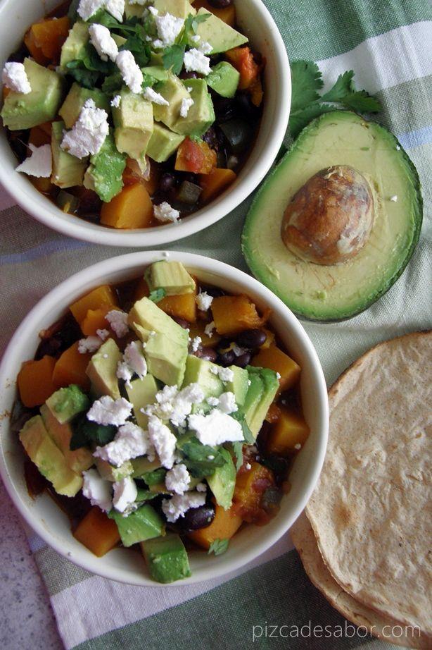 Sopa de calabaza con frijol negro, chipotle, aguacate y queso de cabra www.pizcadesabor.com