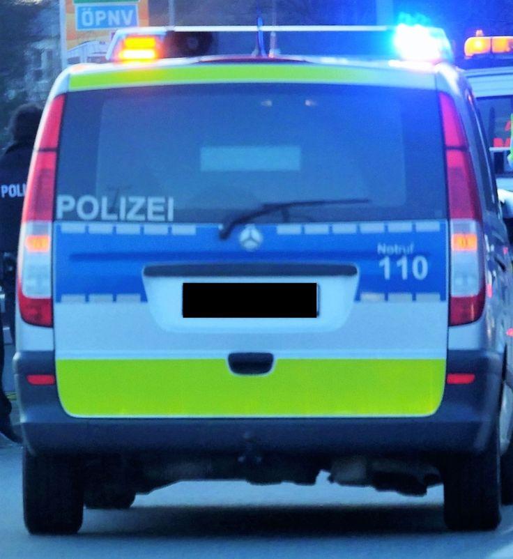 Frankfurt– (mc) In der Nacht von Montag auf Dienstag fiel auf der Mörfelder Landstraße ein Autofahrer durch sein Fahrverhalten einer Streife auf. Er flüchtete vor der Kontrolle und rammte in der Folge weiter lesen