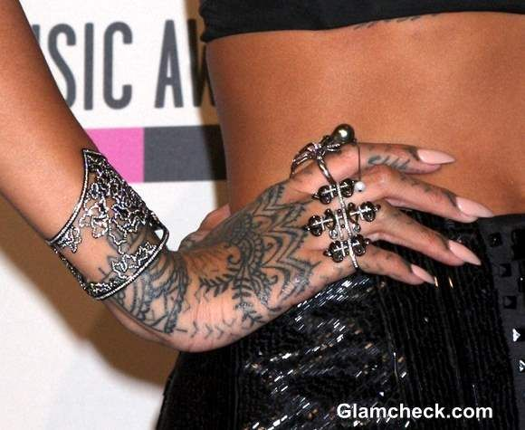 rihanna hand tattoo at ama 2013 tattoos pinterest rihanna hand tattoo rihanna and hand. Black Bedroom Furniture Sets. Home Design Ideas