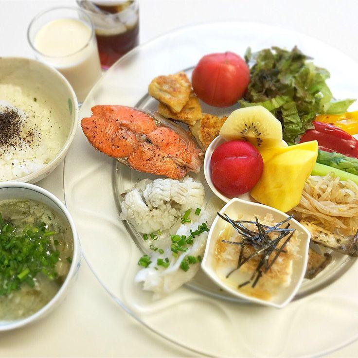 """Dr. Yumi Nishiyama's """"The Original Diet Plate"""" for beauty & health from japanese doctor‼️  Clockwise eating healthy foods from 12 o'clock on a large plate❣️  2016年7月7日の「ドクターにしやま由美式時計回り食べダイエットプレート」:女性医師が栄養バランスを考えた、美味しいプレートのご紹介。  大きめのプレートに、血糖値を急激に上げないように考えた食材を並べ、12時の位置から順番に食べるとても分かり易い方法です。  血糖値を上げないこの食べ方は、身体に優しく栄養補給ができるので健康を維持できます。オリジナルの⭐️西山酵素⭐️も最後に飲みます。  ⭐️美女のスイッチ⭐️⭐️時計周りに食べなさい⭐️の西山由美医師の本もAmazonで購入可。  http://www.momohime-medical.com  #ダイエットプレート #dietplate #にしやま由美がセミナーも開催 #食べて痩せるプレート…"""