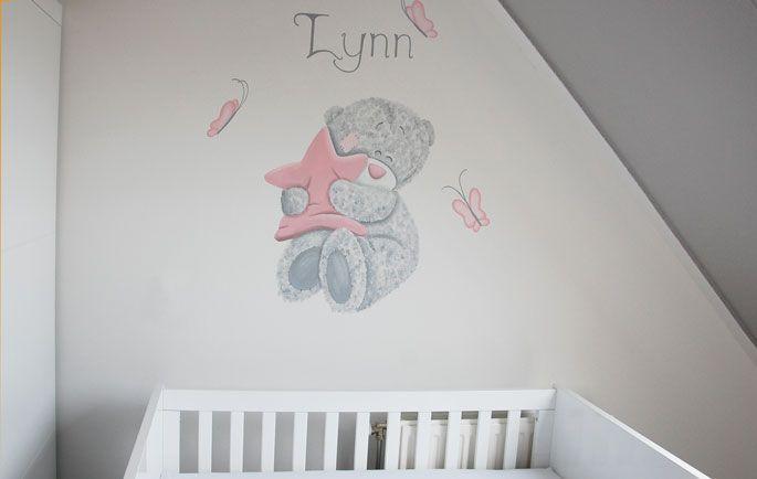 Me to You beer met ster in zijn pootjes met naam erboven. Gemaakt in de babykamer van een meisje door BIM Muurschildering.