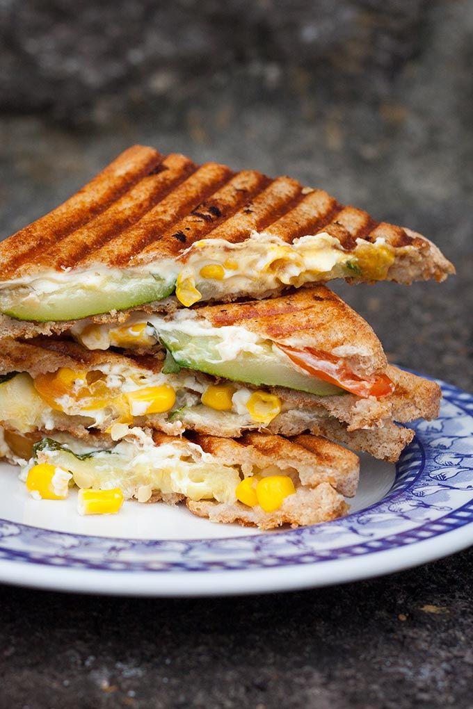 Sommerliches Gemüse-Sandwich bedeutet: Würziger Feta, gegrillte Zucchini, Tomaten und süßer Mais. Extrakäsig, würzig und verdammt gut!