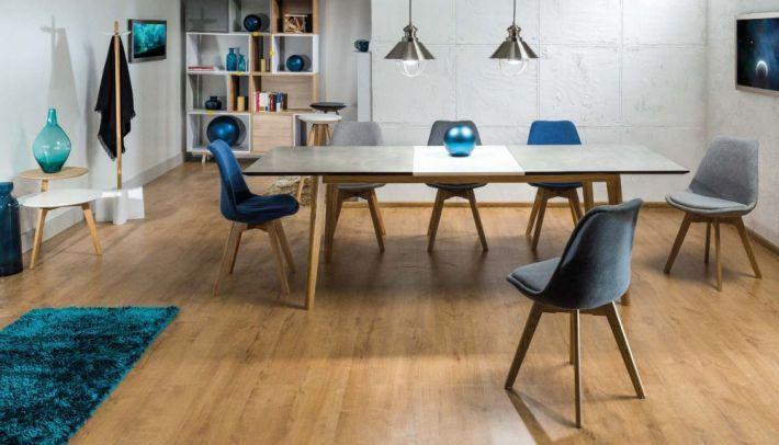 Krzesło DIOR pokryte jest przyjemną w dotyku tkaniną o dużej odporności na ścieranie. Krzesło dostępne jest w trzech modnych kolorach do wyboru: jasno szare, ciemno szare oraz niebieskie. https://mirat.eu/krzesla-drewniane,c128.html