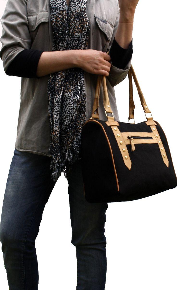 Cartera de mano u hombro en lona reforzada negra con manijas y detalles en cuero natural camel.