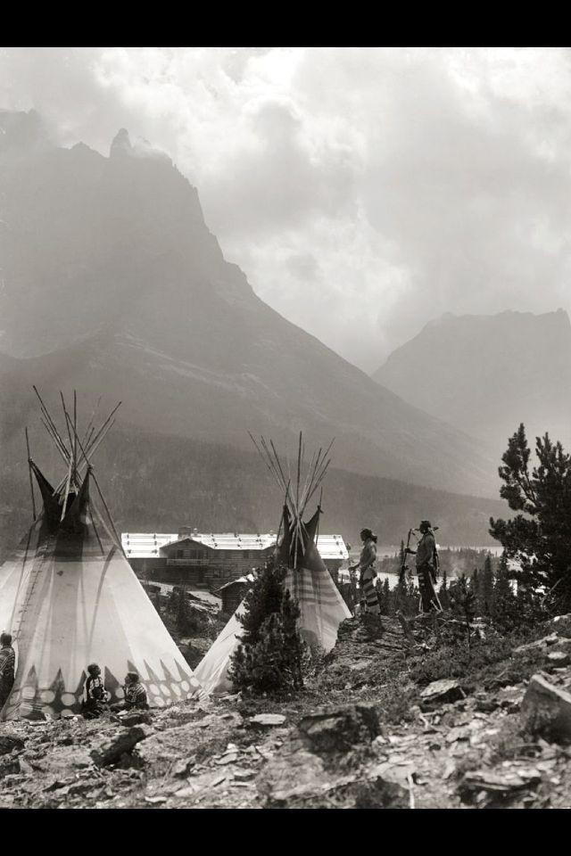 USA Montana. 1910, Blackfoot Camp under citadel mountain,
