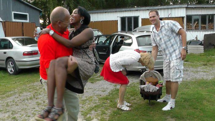 Isovanhemmat Kalle Tõnisma (vas.) ja Maie Tõnisma (kesk.) iloitsevat lapsenlapsestaan. Maryan Guuleed ja Timo Tõnisma ovat onnellisia vanhempia.