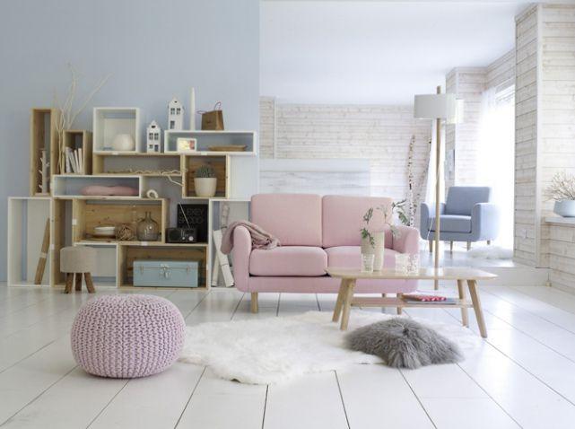 murs bleus / meubles blancs et pin