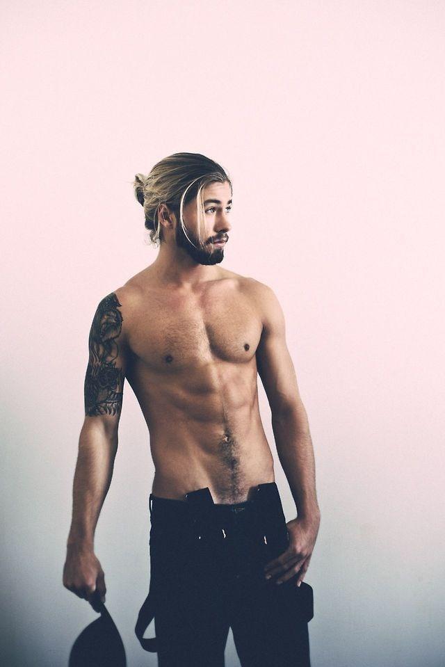 Hombre sin camisa con cabello agarrado