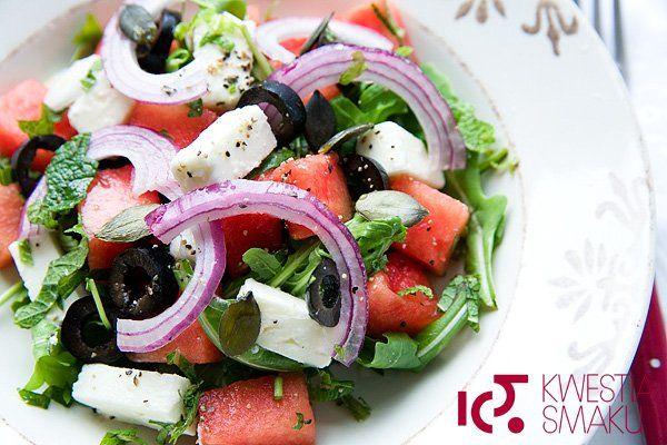 Sałatka z arbuzem, serem feta, czarnymi oliwkami i czerwoną cebulą