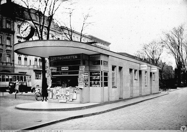 Kiosk z prasą oraz publiczna toaleta przy skrzyżowaniu ul. Powstańców Śląskich i Lwowskiej. Widok w kierunku południowym, w stronę pl. Powstańców ŚląskichLata 1925-1930