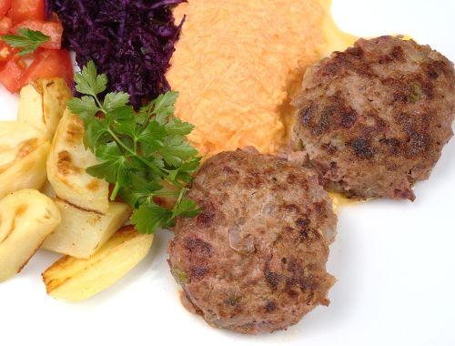 Biff à la Lindström. En köttfärsbiff smaksatt med inlagda rödbetor, gurka och kapris.