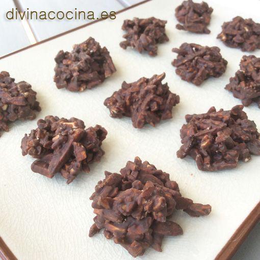 Para preparar estas rocas de chocolate tienes que usar un chocolate fundente a tu gusto (blanco, con leche o negro), y frutos secos o cereales, con aromas de vainilla, naranja...