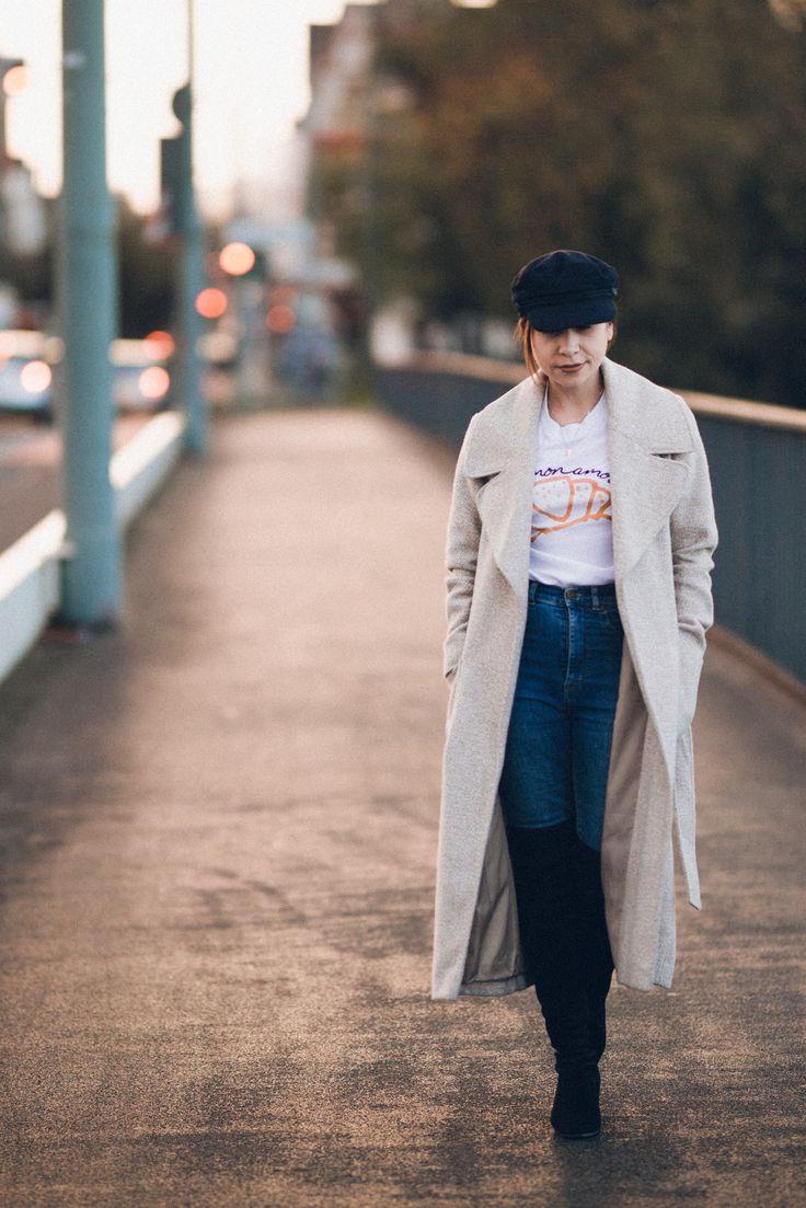 Overknees mal anders kombinieren: mit Jeans und Maximantel!