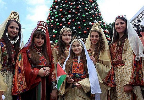 Kudüse 8 Kilometre uzaklıktaki Beytullahim de noel kutlamaları başladı.Filistinliler,giydikleri yöresel kıyafetler ile Beytullahim'de noeli kutladı.