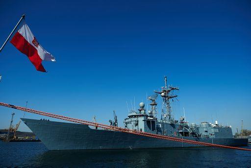 """Fregata rakietowa ORP """"Gen. T. Kościuszko"""" wypływa z portu wojennego w Gdyni. Jest to fregata rakietowa typu Oliver Hazard Perry, którą Marynarka Wojenna dostała w darze od USA w 2002 roku razem z bliźniaczym ORP Pułaski. Wcześniej nazywała się USS """"Wadsworth"""" (wejście do służby w US Navy 9 maja 1980 roku)."""