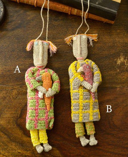 不思議な魔力を秘めている植物のアルケミラ(alchemille)と名付けられたドールネックレス。 子どものデッサンをベースに、アルケミラのイメージカラーの緑や黄緑色のリネン糸がアクセントになって作られた人形は、 個性的でキャラクター性を感じられる作品です。 上質リネン糸を一針一針丁寧に編ま込んだ、細かいパーツ作りはハンドメイドならでは。 ドールネックレスが鳥を抱えている様子はなんだかミステリアスで、ストーリー性も感じさせられます。遊び心をプラスしたネックレスは、ソフィ・ディガーのセンスがキラリ。アクセサリー代わりにファッションのアクセントとしてプラスするのも楽しい作品。※A,Bの2タイプからお選びください。design in paris, hand made in madagascar size : about 16 x 5 cm (motif), 88...