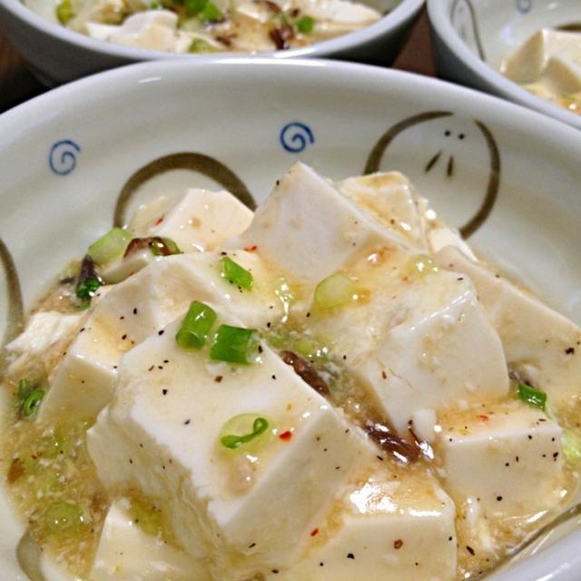 SnapDishに投稿されたゆんゆんゅんさんの料理「塩麻婆豆腐です あっさり でもにんにくと胡椒が効いたパンチある 品」です。「豆板醤なし で麻婆 じゃないかな 食べてる途中でラー油を入れると 麻婆豆腐っぽくピリ辛にもなります」にんにく 胡椒 あっさり