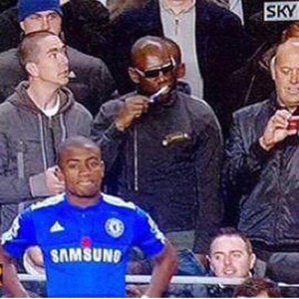 Kibic myje żeby podczas meczu Chelsea Londyn • Kiedy zapomniałeś umyć zęby, a jesteś na meczu piłkarskim • Zobacz memy piłkarskie >> #chelsea #meme #memes #football #soccer #sports #pilkanozna #futbol