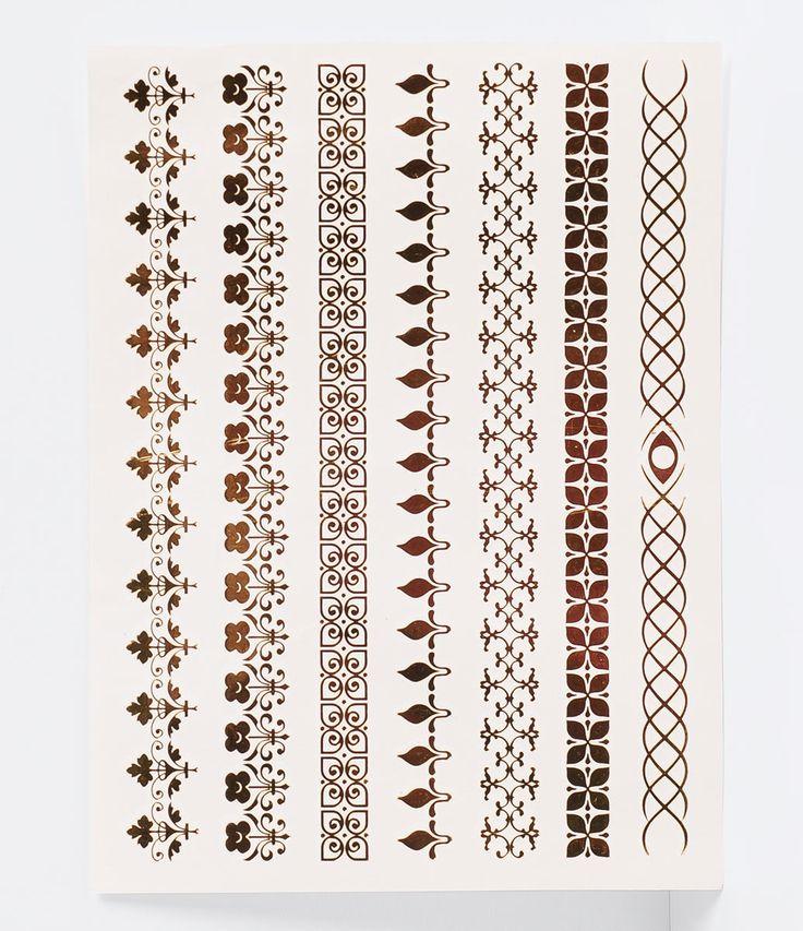 Kit de tatuagem    Temporária    Metalizada    Composição: 75% papel , 20 %politereftalato de etileno, 2% tinta e 3% cola    Composição da tinta: 58% resina de silicone orgânica, 35% água 35% e 7% pigmento metálico ( ouro ou aluminio)                Veja outras opções de    papelarias.           A Tatuagem temporária, também conhecida como Flash Tattoo é o mais novo acessório do Verão.    São tatuagens metálicas em prata e dourado todas com acabamento metalizado, autoadesivas, que imitam…