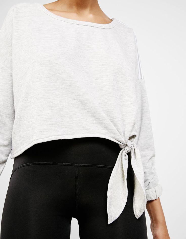 Sudadera Sport corta con nudo. Descubre ésta y muchas otras prendas en Bershka con nuevos productos cada semana