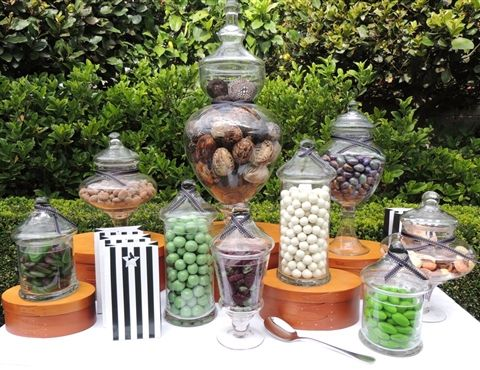 Outdoor sweet tables to dress up the garden and entertain your guests with a scrumptious selection of sweets.