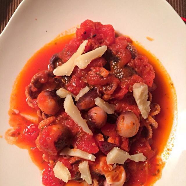 ひとつぐらいは何か作るかということで旬のイイダコでイタリアン。トッピングにグラナパダーノというチーズ。 赤ワインにあわせて。 - 1件のもぐもぐ - イイダコトマト煮 by moppy77