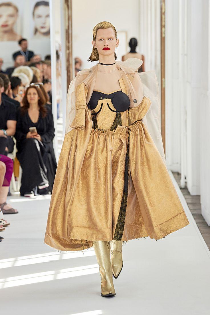 """Maison Margiela Alta Costura Otoño-Invierno 2017-2018, París. Alta Costura de Margiela es totalmente artesanal. Con aires y personalidad muy propia. Es una colección apta para las mujeres mucho """"más allá de lo habitual"""". #coleccion #desfile #altacostura #semanadelamoda #paris #blog #fashion #fashionblog #collection #luxury #style #designer #design #details #hautecouture #fashionweek #maisonmargiela #inspiration #imagination"""
