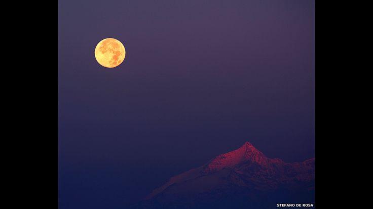 31 - Stefano de Rosa logró tomar esta imagen del amanecer en el oriente iluminando un horizonte nevado en los Alpes.