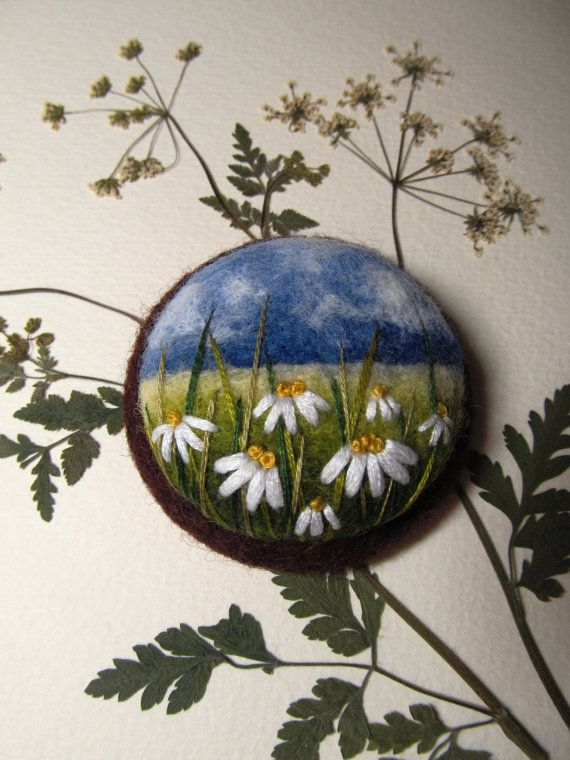 Needle felted brooch Chamomile Needle felted di FeltAccessories